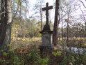 Boží muka na pravém břehu Divoké Orlice pod Bartošovicemi v Orlických horách u osady Ostrov.