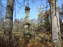 Svatý pomník na pravém břehu Divoké Orlice nad Zemskou bránou.