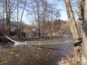 Naprosto fantastická závěsná lávka přes Divokou Orlici nedaleko Pilského rybníka u Vochtánky, o její stabilitě, obzvlášť pokud namrzne, by se dalo s úspěchem pochybovat.
