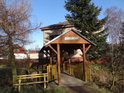 Hezký dřevěný most přes pravobřežní přítok Divoké Orlice se stříškou je součástí cesty po břehu řeky z Potštejna na Záměl.