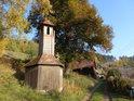 Dřevěná kaplička v osadě Údolí nedaleko Pastvinské přehrady.