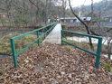 Ocelová lávka pro pěší přes Divokou Orlici v Liticích nad Orlicí v době podzimu.
