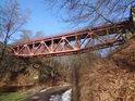 Cesta k chatové osadě po levém břehu Divoké Orlice pod železničním mostem u obce Sopotnice.